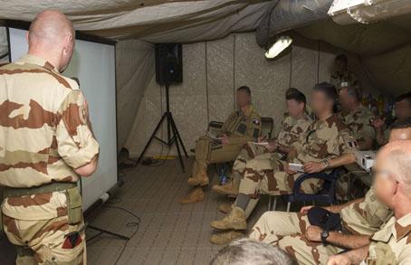 Visite du général de brigade Grégoire de Saint QUENTIN commandant la force SERVAL, sur la Plate-forme Operationnelle Desert de Gao le 4 juin 2013.